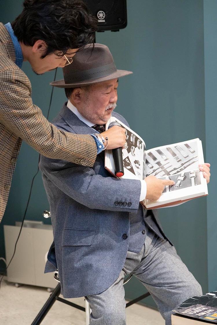 <p>様々なヴィンテージウォッチが掲載されている昔の資料を持ち込んで説明する松山氏。</p>