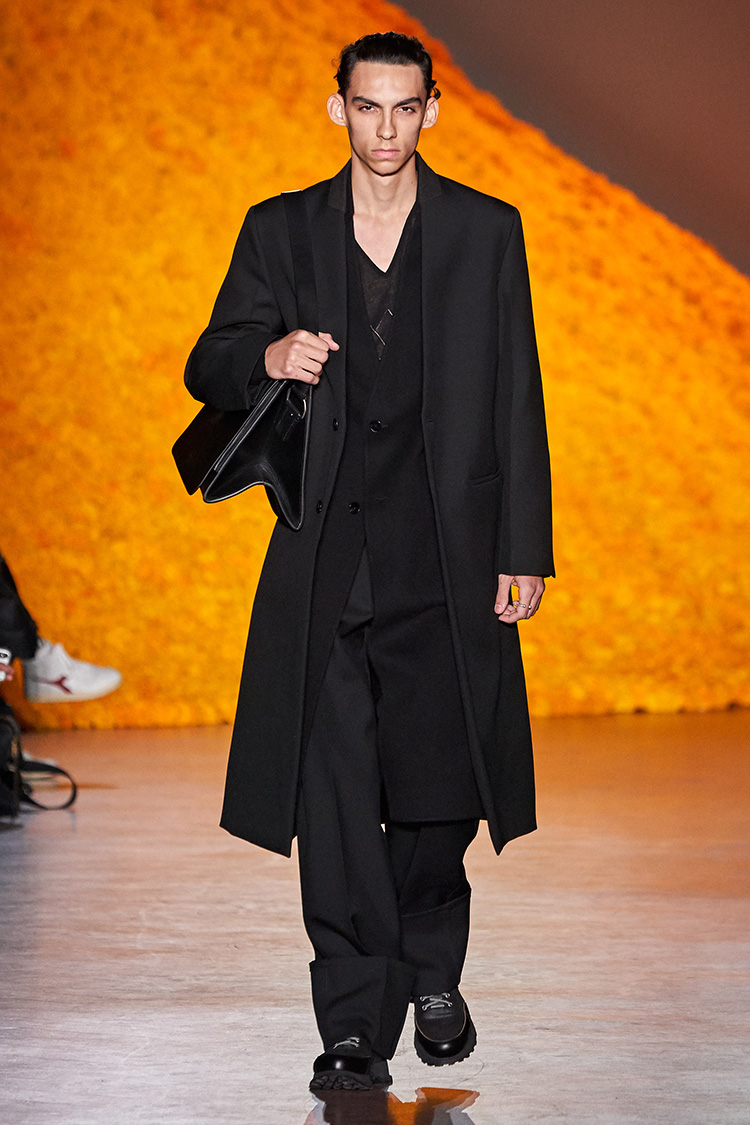 <p><b>■Jil Sander</b><br /> ゲストデザイナーとなったジル・サンダーは、クリエイティブディレクターのルーシー・メイヤーとルーク・メイヤーによる新作メンズウェアを発表。コートやジャケット、パンツと全体的にかなりビッグシルエットが目立つ。ノーカラーのコートやジャケットのレイヤード、またパンツの大胆な裾幅折り返しなど個性的なバランスが目を引いた。<br /> <small>(c)Alessandro Lucioni</small></p>