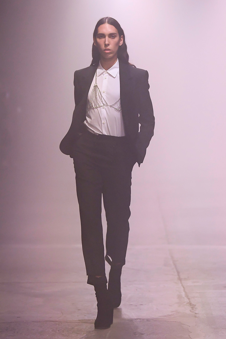 """<p><b>■Stefano Pilati for Random Identities</b><br /> イヴ・サンローランやエルメネジルド・ゼニアのデザイナーを務めたステファノ・ピラーティが自身のブランドとして2019年にスタートした「ランダム・アイデンティティーズ」。″ヒール付きのブーツをはじめ、装飾付きのシャツなど多様なアイテムの組み合わせでブランドのテーマでもある""""ジェンダーレス""""を表現した。<br /> <small> (c)Giovanni Giannoni</small></p>"""