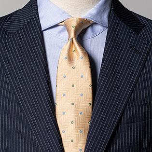 いつもの紺スーツを艶っぽく見せるネクタイは?【1分で出来るスーツのお洒落】