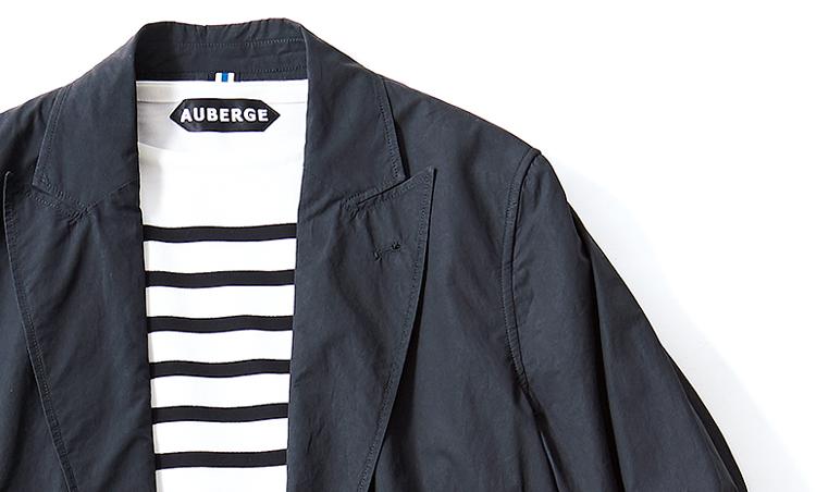 <p><strong>【POINT1】<br />Tシャツに合う極軽素材JK</strong><br /> シャツのように軽い素材&仕立てのジャケットを選び、Tシャツとのバランスを勘案。</p>