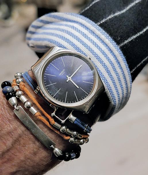 時計は意外やスウォッチ