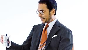 仕事で着る黒スーツ、礼服感を払拭するならこんなネクタイ