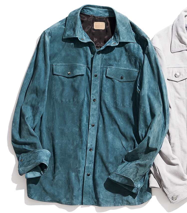 """<p><strong>AJMONE / アイモネ</strong><br /> """"サルトリアルレザー""""を標榜し注目を集める、気鋭のレザーウェアブランドの一着。水牛の角と真鍮からなる凝った作りのボタンが、上質なラムスエードと相まって、ラグジュアリーな趣だ。19万5000円(BULLSEYE PR)</p>"""