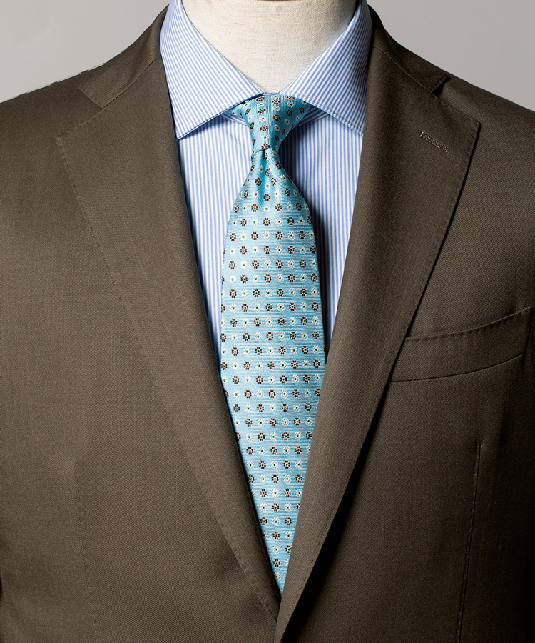 <p><strong>茶系スーツの枯れ感を払拭するのにも有効。</strong><figcaption>スーツ6万8000円/ユニバーサルランゲージ(ユニバーサルランゲージ 渋谷店) シャツ1万6000円/マテウッチィ(トレメッツォ)</figcaption>