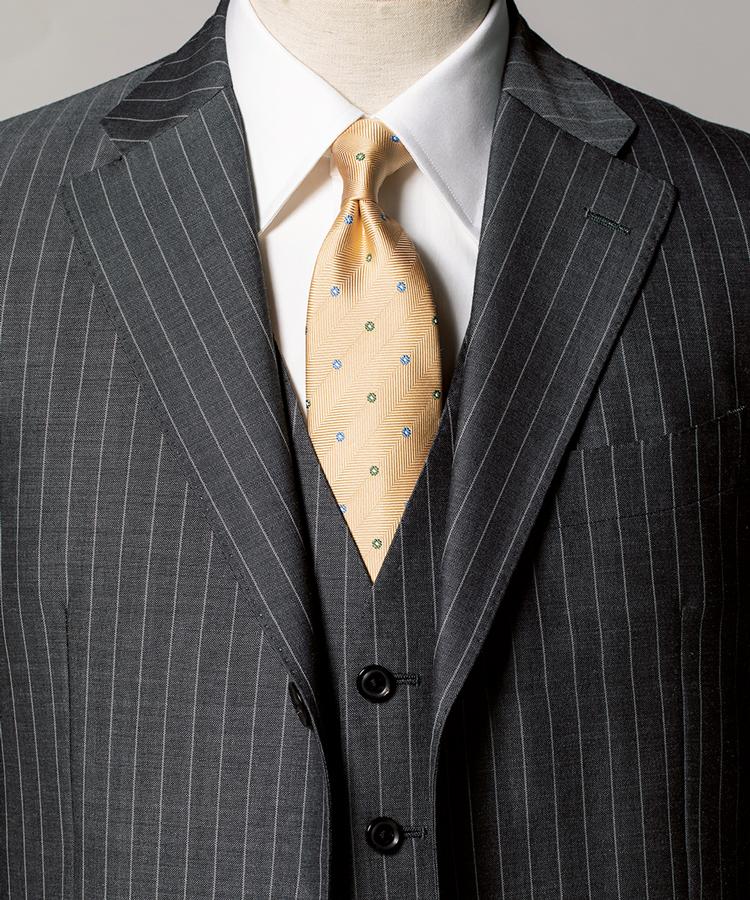 <p><strong>大人の落ち着きと色気を両立した3ピーススタイル。</strong><figcaption>スーツ13万3000円〈オーダー価格〉、シャツ1万4000円〈オーダー価格〉/以上麻布テーラー(Y&Mプレスルーム)</figcaption>