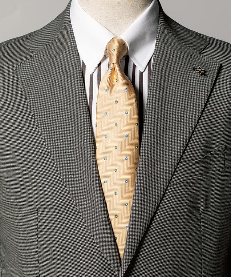 <p><strong>スーツもタイも淡色のときは、このようにストライプシャツを挟みメリハリをつけると洒脱に決まる。</strong><figcaption>スーツ12万5000円/タリアトーレ(トレメッツォ) シャツ2万500円〈オーダー価格〉/麻布テーラー(Y&Mプレスルーム)</figcaption>
