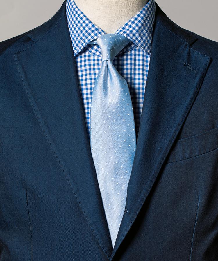 <p><strong>青で統一したコーデも、タイがペールトーンだと新鮮。</strong><figcaption>スーツ14万8000円/ドッピア アー (コロネット) シャツ2万5000円/ジャンネット(トヨダトレーディング プレスルーム)</figcaption>