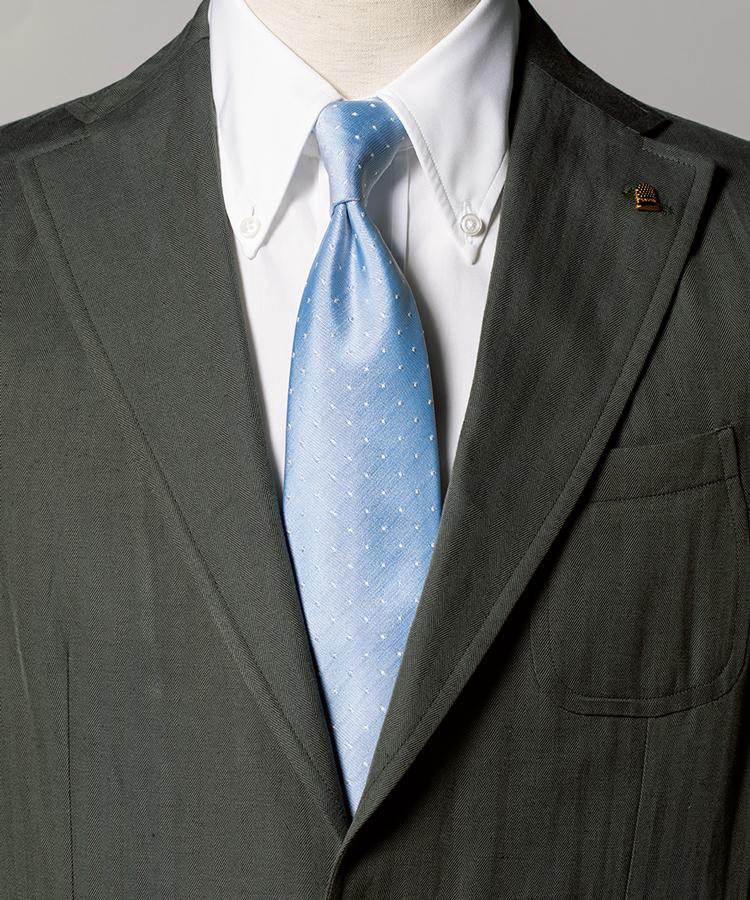 <p><strong>旬のカーキ色のスーツもぐっと爽やかに仕上がる。</strong><figcaption>スーツ8万8000円/ラトーレ(エディット ウェアハウス) シャツ2万6000円/サルヴァトーレ ピッコロ(エストネーション)</figcaption>