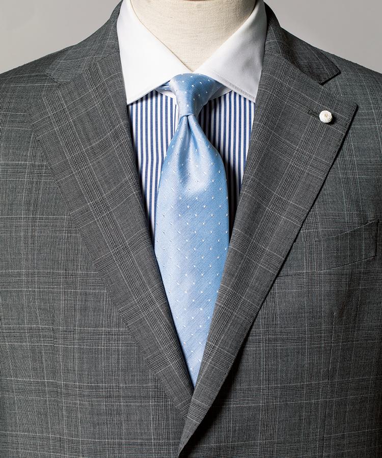 <p><strong>スーツもシャツも柄入り。それを光沢の強いペールトーンタイで上品に引き締め。</strong><figcaption>スーツ15万9000円/ルイジ ビアンキ マントヴァ(トヨダトレーディング プレスルーム) シャツ7000円/麻布テーラー(Y&Mプレスルーム)</figcaption>