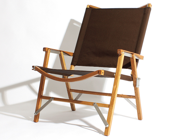 <p><b>Kermit Chair<br /> Hi-Back<br /> </b> 澄んだ空気の寒空の下、星空を見上げる。そんなシーンにはこちらのメイドインUSAの折り畳みチェアを。今も手作業で製品を作っていることが大きな特徴で、背もたれが高いハイバックモデルながら、コンパクトに折り畳むことが可能。日本限定販売品。オープンプライス(デイトナ・インターナショナルAMEDiv)</p>