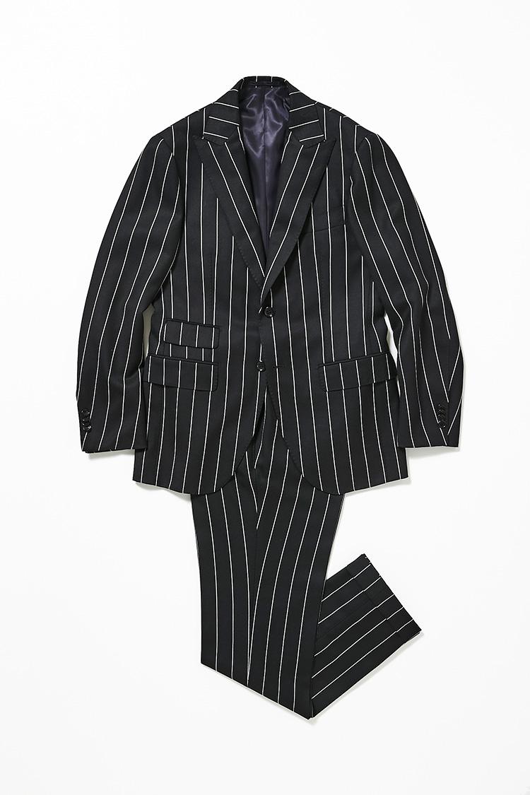 <p><strong>アイネックス商品戦略部 部長 並木孝之さん<br />ブリッラ ペル イル グストのストライプスーツ</strong><br />日本を代表するファクトリー、リングヂャケットが手がけるブリッラのオリジナルスーツ。華やかなシングルのピークトラペルには、存在感のあるストライプ生地を採用。モノトーンの着こなしを楽しめるブラックカラーが男らしい。「黒ベースに白のストライプといった、いかにも男臭い雰囲気が、今冬のイメージにドンピシャでした」12万1000円(ビームス 六本木ヒルズ)</p>
