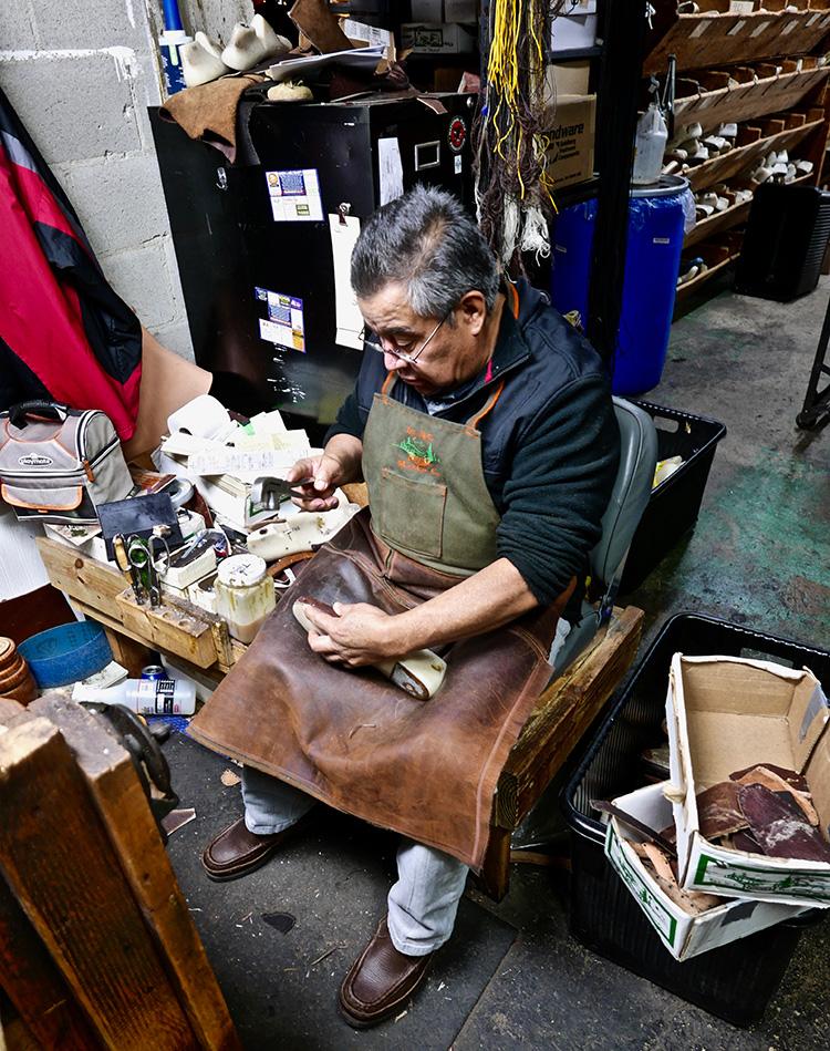 <p> A shoemaker customizing a customer's last.<br /> 顧客の木型を作る靴職人</p>