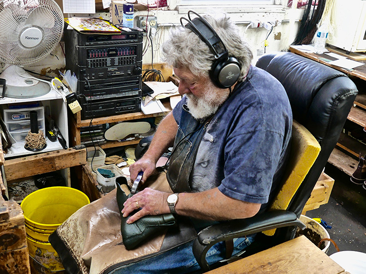 <p>A shoemaker pulling a vamp, which has been soaked in water, up onto a custom last.<br /> カスタムの木型に合わせて、水に浸していたつま革を引き抜く靴職人</p>