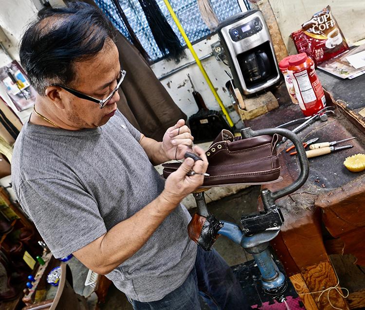 <p>Hand stitching a toe piece using an overlap stitch.<br /> つま先部分をオーバーラップステッチで、手で縫い合わせます</p>