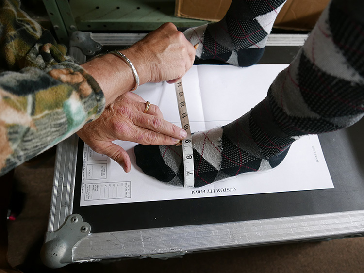 <p>Joe taking several measurements for my next pair of Russells<br /> 私の次のラッセル用に、測定をしてくれているジョー</p>