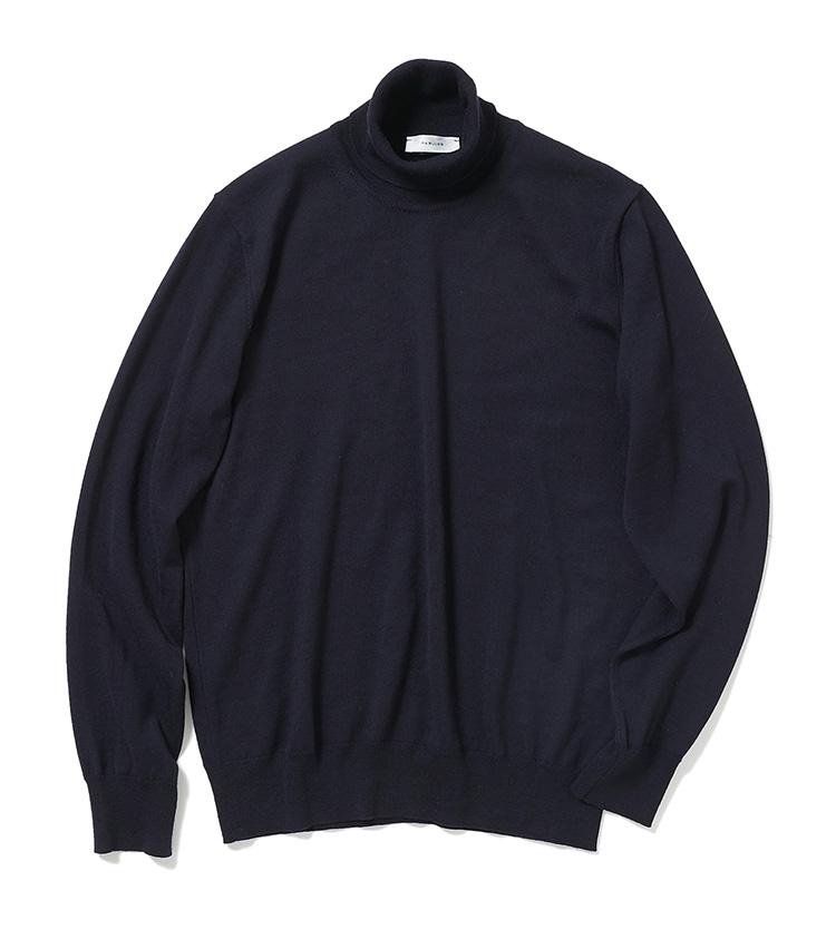 <p><strong>14.アール&ブルースのタートルネックニット</strong><br /> イタリアの老舗ニットメーカーで生産するシンプルで高品質なオリジナルニットは、定番色の紺だが一枚でも存在感があって着用映えする。柔らかなハイゲージのため、重ね着してもかさばりにくい点も使い勝手がいい。1万8000円(麻布テーラースクエア二子玉川店)</p>