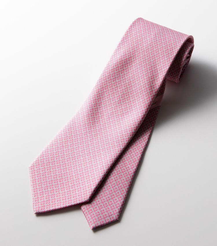 <p><strong>「ガンチーニ」プリント</strong><br />ブランドのアイコンである「ガンチーニ」を規則的に敷き詰めたプリント柄。遠目には無地に見えるほど細かい柄なので、アイコニックでありながら主張し過ぎない適度なバランスだ。華やかなピンクは桜の季節にもぴったり。2万3000円</p>