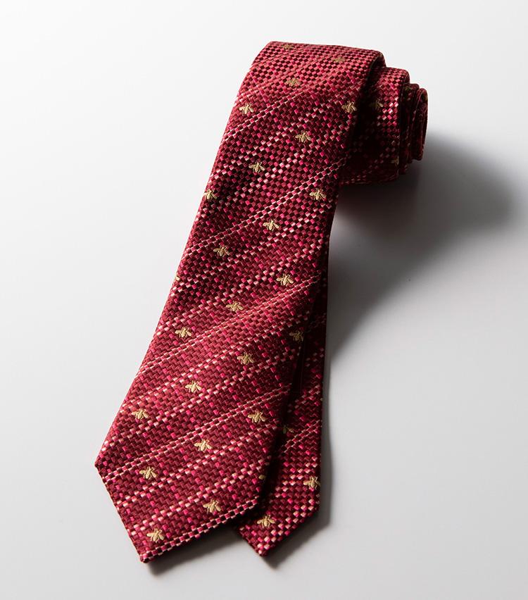 <p><strong>チェック×ビー</strong><br />1ざっくりと織り感のある同系色チェックに、グッチを象徴するモチーフのひとつであるビーをあしらっている。ボルドーに近い濃いめのレッドも印象的だ。2万4000円</p>
