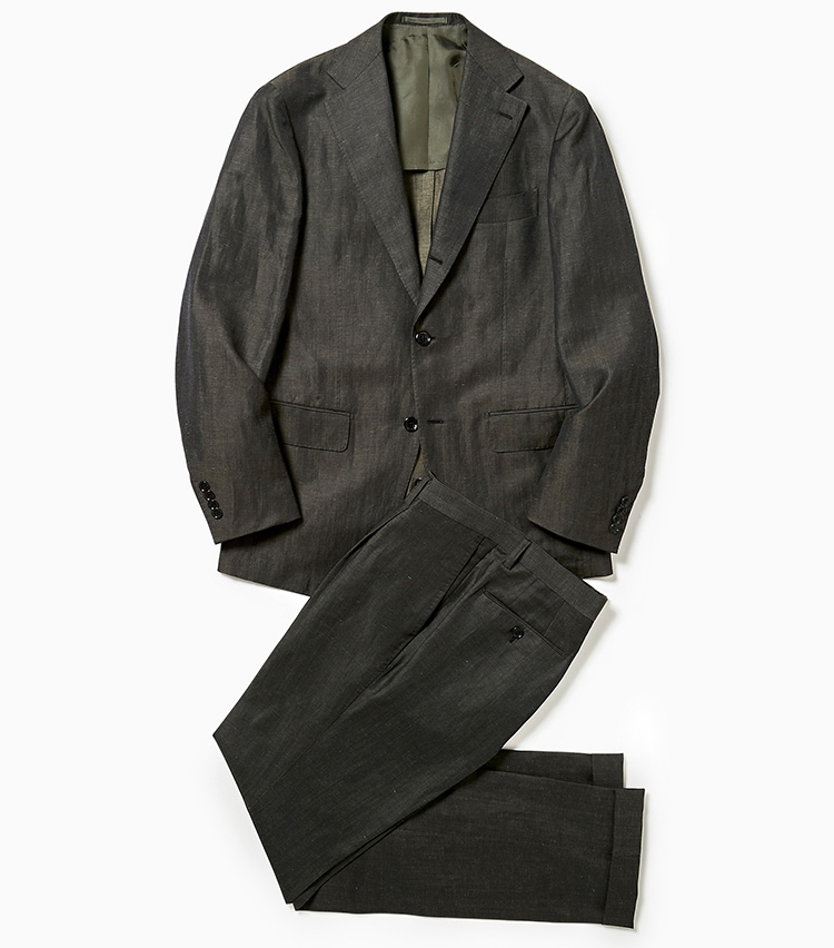 <p><strong>1.ブリッラ ペル イル グストのダークグリーンスーツ</strong><br /> トレンドのダークグリーンにグレーを混ぜたスーツは、グレースーツ感覚で着られるアイテム。リネン混ウールのこなれたシャリ感も手伝って、昨今多いシャカシャカ系のセットアップと同じような気楽さで、着用するだけで旬をものにできる。9万円(ビームス 六本木ヒルズ)</p>