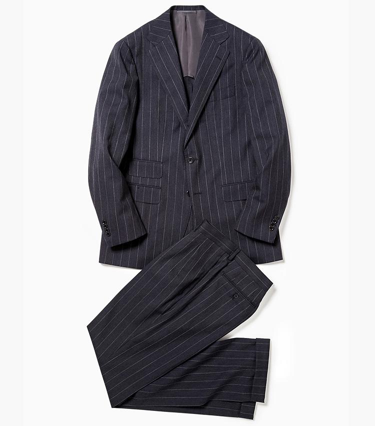 <p><strong>2.ビームスFのストライプスーツ</strong><br /> 定番のグレースーツも春夏向きのウールにシフトしよう。こちらはチョークストライプの白が爽やか。チェンジポケット付きのジャケットといい、2プリーツ入りのパンツといい、クラシックな仕様も今どきだ。11万円(ビームス 六本木ヒルズ)</p>