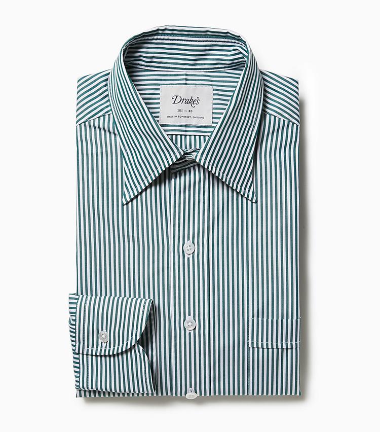 <p><strong>6.ドレイクスのストライプシャツ</strong><br /> グリーンのストライプが春の若葉を感じさせるシャツ。シャツはこれまで襟が大きく開いたものが主流だったが、最近はこのように襟の開きが狭いクラシックなシャツに回帰している。2万4000円(ビームス 六本木ヒルズ)</p>