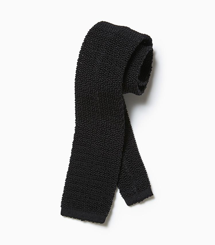<p><strong>10.アスコットの黒ニットネクタイ</strong><br /> ニットネクタイを求めるなら、まずは大定番の黒から。無地のネクタイはコーディネートを考える時間がない、忙しい朝にも大助かりだ。1万円(ビームス 六本木ヒルズ)</p>