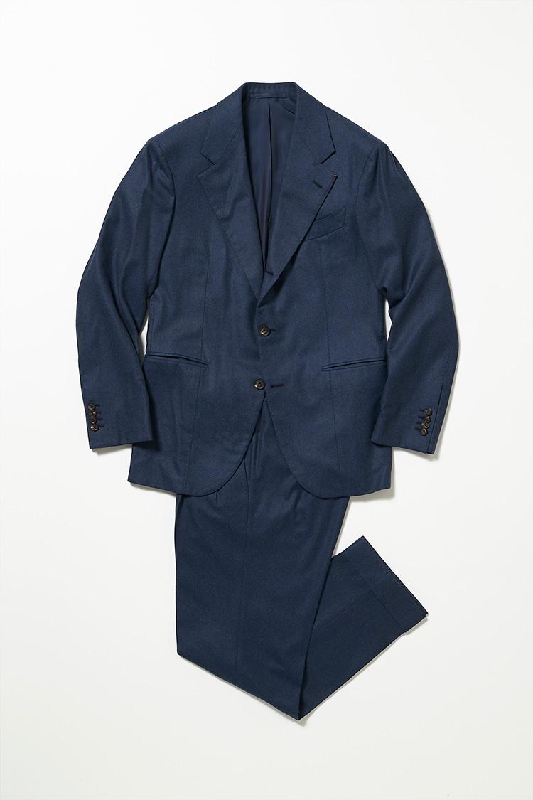 <p><strong>ユナイテッドアローズ クリエイティブアドバイザー 鴨志田康人さん<br />ダルクオーレのスーツ</strong><br />小さめのアームホールでありながら、他のナポリのブランドと比べてもしっかりとギャザーが入ったマニカカミーチャ袖で仕立てており、伝統のナポリスタイルを最高の着心地で愉しめる。「ダブルブレステッドのスーツの中でも、軽快に見える4つボタンのモノに注目しています。これはナポリの名門、ダルクオーレに仕立ててもらったオーダー品です。ゴージラインの角度、フロントボタンのスタンスといった全体のバランスと、スリムな身幅とコンパクトな着丈が見事にマッチしており、非常に完成度の高いシルエットが気に入っています」。(本人私物)</p>