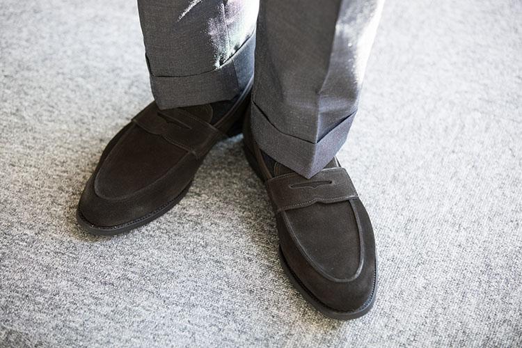 <p>「今回のスタイルは、適度なリラックス感も求めるので、スエードをセレクト。スエードと言えば茶が主流でしたが、最近は黒スエード靴が豊作。シックな引き締め役になりつつも、柔らかさや軽やかな印象を漂わせるので重宝します。このときに重要なのが合わせるベルトです。靴がスエードなら、ベルトも同じくスエードに!」</p>