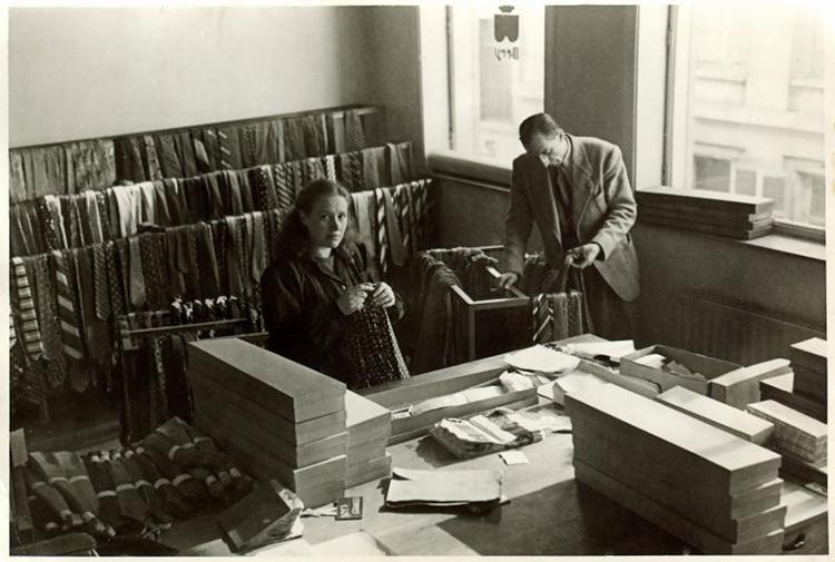 <p><strong>1938年</strong></p> <p>第二次世界大戦直前、本社はベルギーのブリュッセルに。この頃、すでにたくさんのネクタイのサンプルがずらりと並び、事業が拡大していたことが分かる。</p>