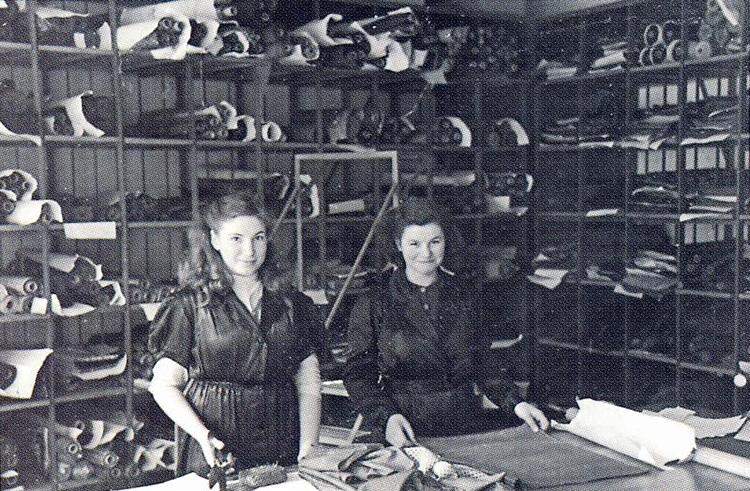 <p><strong>1938年</strong></p> <p>ウィーンでネクタイ生産のために、ファブリックをカットしているところ。</p>