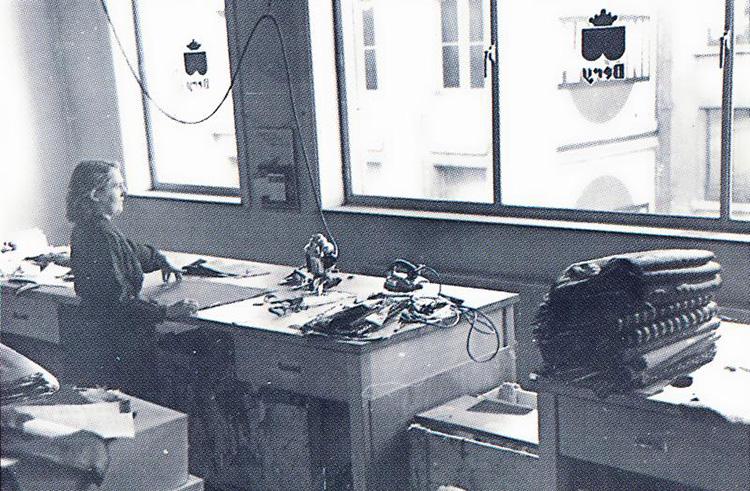 <p><strong>1938年</strong></p> <p>ブリュッセルの本社。縫製も、職人が1枚1枚手仕事で行っていた。</p>