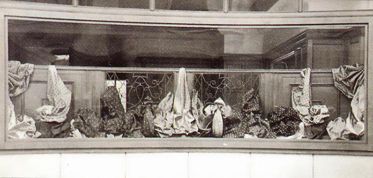 <p><strong>1946年</strong></p> <p>ブリュッセル本社の窓は、シルク生地でディスプレイされていた。</p>