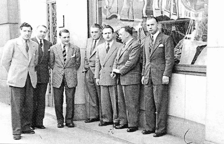 <p><strong>1946年</strong></p> <p>ブリュッセルにて、エージェントのミーティング風景。</p>