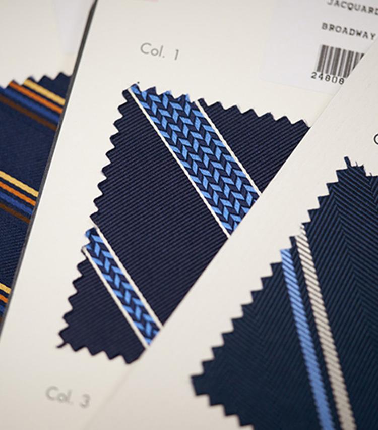 <p>ラインの中に幾何学柄の織りを混ぜ込んだストライプ柄。</p>