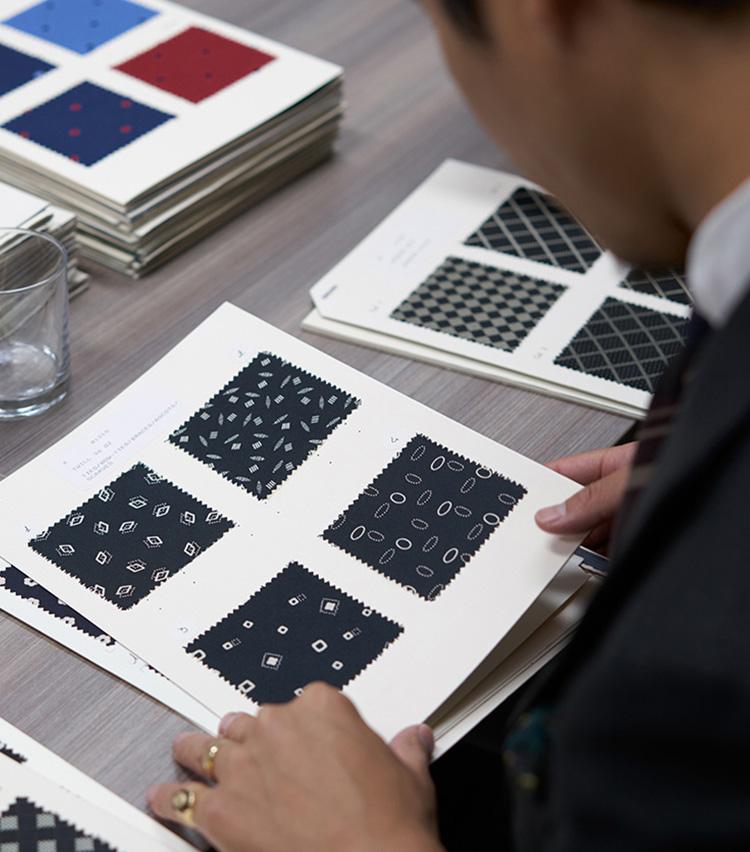 <p>シンプルなネイビー小紋も、面白い幾何学小紋の見本がたくさんある。</p>
