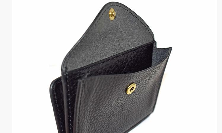 <p>お札入れとコインケースが一体となった「コンパクト財布」1万3000円。</p>
