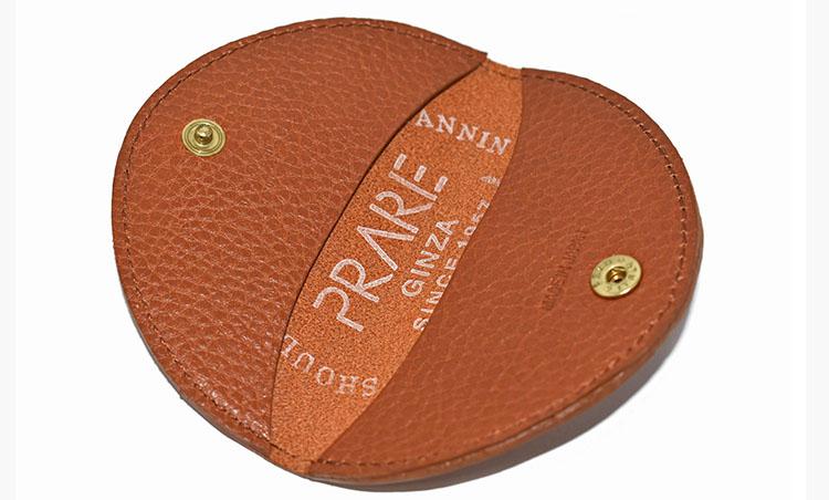 <p>半円形のシンプルな「小銭入」5000円。裏には、プレリーの刻印が入る。</p>