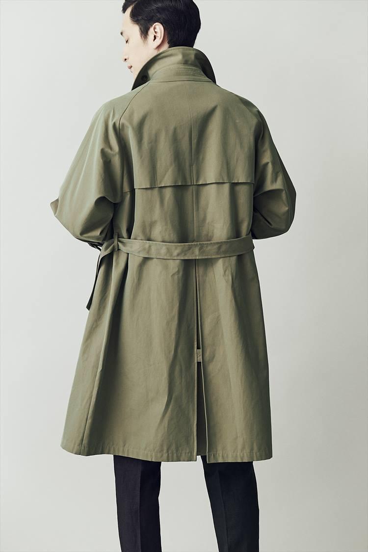 <p>裾のインバーテッドプリーツもリラックスしたAラインに貢献。雨よけヨークとベルトも加わって、後ろ姿もキマる。</p>