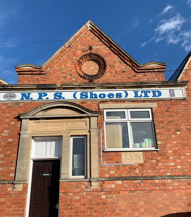 <p>英国靴の聖地・ノーザンプトンの伝統的な工場にて作られている。</p>