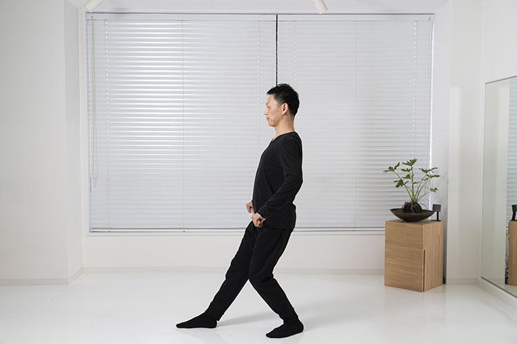 <p>お腹で押すように棒を前へプッシュし、そのまま元に戻しながら腹を後ろへ引く。前に出した脚の膝も伸ばすように。体幹を意識し、背骨を立てて上半身の姿勢を保つ。</p>