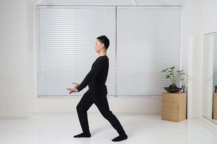 <p>脚は柔らかく、後ろ足のかかとは動かさないように注意を。12回繰り返したら、反対の脚を前に出して、同じように繰り返す。</p>