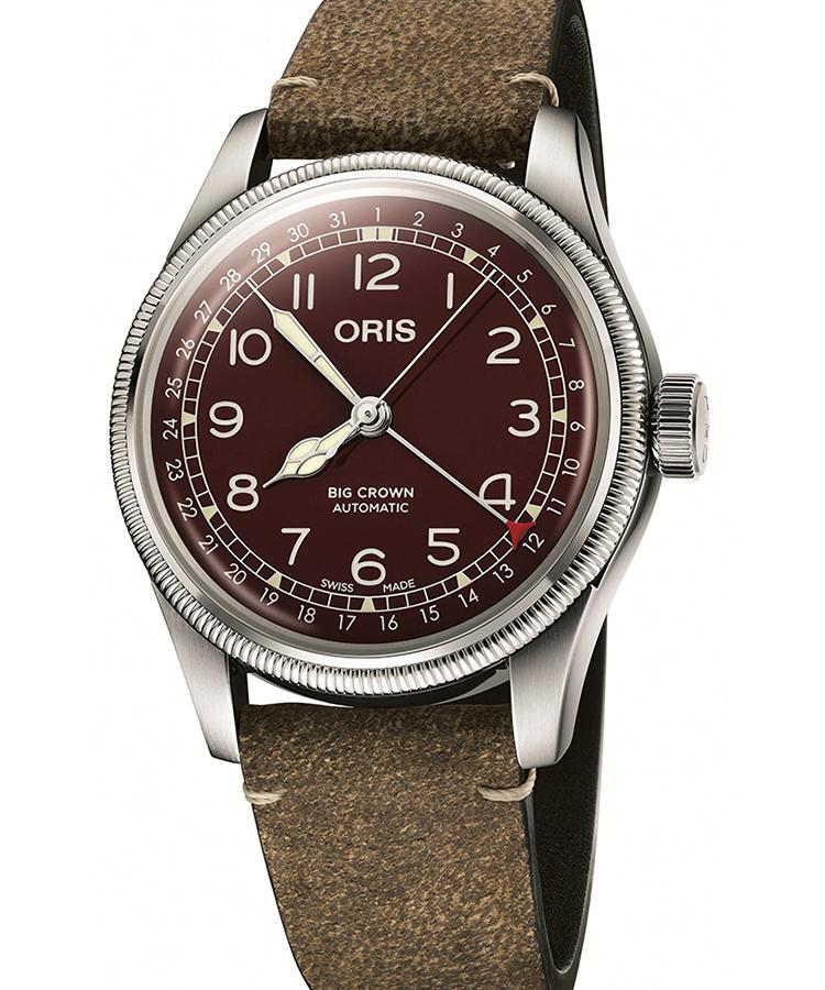 <p><b>深い赤に染まるオリスのアイコン<br />オリス ビッグクラウン ポインターデイト</b><br /> 大型リューズとポインターデイトとが備わるパイロット用時計は、1938年に誕生したオリスのアイコン。ドーム型のダイヤルとサファイアクリスタル、そしてコインエッジのベゼルによるレトロな雰囲気に、深いレッドのダイヤルがよく似合う。ストラップもエイジング加工が施され、味わい深い。クラシコスーツの手元から、チラリと覗くとお洒落。自動巻き。径40mm。SSケース。カーフストラップ。17万5000円(オリス ジャパン)</p>