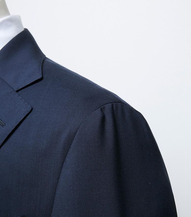 <p><strong>肩パッドを使用しないナチュラルショルダー</strong></br>昨今のジャケットの多くがそうであるように、パッドは使用せず芯地のみで形成した肩。とはいえしっかりと立体感があるのは、ブランドが誇る高い仕立て技術の賜物だ。肩から袖にかけての傾斜が非常にエレガント。</p>