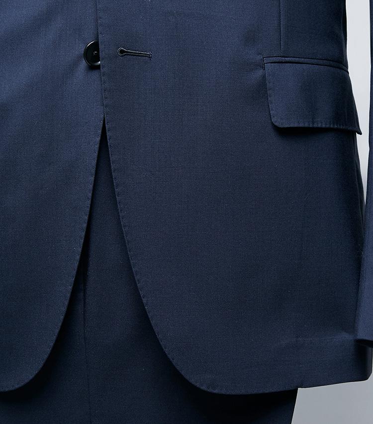 <p><strong>ラウンド気味のフロントカット</strong></br>フロントカットと呼ばれる裾のラインは、直線的だと威厳のある雰囲気に、丸く後ろに流れるラインだと軽快な佇まいとなる。「ニューブリッジ」はややラウンドしたバランスのよいカッティングで、品格と軽やかさを絶妙に両立。</p>