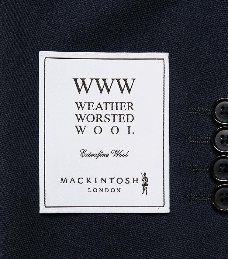 <p><strong></strong></br>「ウェザー ウーステッド ウール」シリーズの目印になるのが、袖に付けられたこちらの織りネーム。</p>