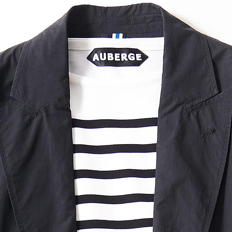 <p><strong>1位<br />休日ジャケットを爽やかに見せるコツ【1分で出来るスーツのお洒落】</strong><br />休日のジャケットスタイルを、ノータイで爽やかに見せるには? シャツだと襟がある分、少しかっちりした印象が残るので、襟のないカットソーを選んだほうがよりカジュアルな印象になる。さらに紺×白のマリンボーダー柄だとより爽やかさがアップ。こうしたインナーに合わせるなら紺ジャケの素材も少しカジュアルめのものをチョイスしよう。<small>(2019年3月号掲載)</small></p>