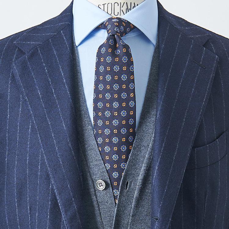 <p><strong>2位<br /> 紺スーツがカッコよく見える鉄板配色は?【1分で出来るスーツのお洒落】</strong><br />いつも着ている紺スーツを、簡単にお洒落にカッコよく見せるには? イタリア人も好んで使う「紺×茶」(アズーロ エ マローネ)も鉄板的だが、さらに簡単にキメるなら紺×青のグラデーションがおすすめだ。誰でも持っているであろうサックスブルーの無地シャツに、紺ベースの小紋タイ。これなら会議や商談などきちんとしたTPOにも通用し、真面目にかつシャープに見せることが出来る。中にグレーカーディガンを挟んでアクセントにすれば、さらに洒脱な印象に。</p>