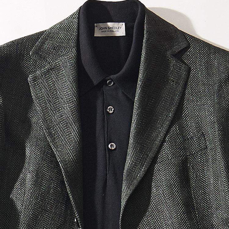 <p><strong>2位<br />大人の休日ジャケットが洒脱になる色使いはこの2配色!【1分で出来るスーツのお洒落】</strong><br />休日ジャケットをお洒落に見せる色合わせは? 今季旬な「ネロ エ ヴェルデ」(イタリア語で黒×緑の意)は、是非試して欲しい組み合わせだ。たとえば写真のような少し黒みがかったグリーンのジャケットに、黒のハイゲージニットポロのコーディネート。ダークトーンながら、ジャケットがグレーでなくグリーンというところが、なんとも新鮮な雰囲気に見えるのだ。<small>(2020年3月号掲載)</small></p>