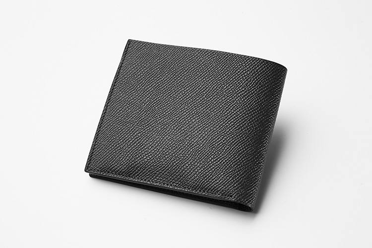 <p><strong>ファーロ</strong></p> <p>コイン・紙幣・カードをコンパクトに持ち歩ける二つ折りの財布。コインケースは両マチ付きで、溜め込みがちな方でも安心。細かく均一な型押しが施された革は、傷が目立ちにくくきれいなまま長く使える。縦9.5×横11×マチ2.5cm。3万8000円(ユニオンゲートグループ)</p>